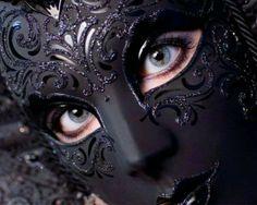 """Pensé que cubriéndome el rostro mantendría la calma. Llegué a este baile con el corazón desnudo y la cara cubierta. Y ni por un minuto logré engañarte. Las máscaras jamás logran ocultar el sentimiento de una mirada, me dijiste, y menos si has esperado verlo toda la vida. """"Sentimientos bajo la máscara"""" de Luzerna Trotaversos"""