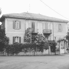 GIORNATA GRIGIA A MILANO #milano #casa #villetta #house #bw #blackandwhite #particular #details #angolimilanesi #itsmonday #lunedì #rain #rainyday #picoftheday #bandw #goodmorning #milano_in #mycity #lovemilano #loves_united_milano #anchequestaemilano #instadaily #milano_city #milanodavedere #buonagiornata #giumarucollection by giumaru11
