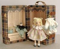 Baul con muñeca y complementos. Precio 90,50€