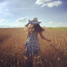 Karin sur Instagram: J'adore l'odeur de l'été, des champs et de la campagne ☀️ Il fait beau alors profitez de sortir de chez vous ☺️ Dress @tally_weijl ______________________________________________ #sun #sunnyday #summer #enjoy #enjoyinglife #happylife #happy #countryside #travelingram #travel #instatravel #traveling #landscape #free #freedom #liberty #libertywalk #inspiration #life #lifestyle #instafashion #fashiongram #fashion #hat #dress #girl #sommer #fields #champs #LoveTally Land Scape, Champs, Everyday Fashion, Cowboy Hats, Lifestyle, Instagram Posts, Fashion Trends, Free, Inspiration