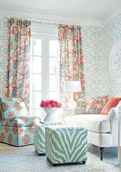 #Estampados múltiples y los mismos #colores para unificar con #estilo en un #pequeño #cuarto de estar. #salonesycuartosdeestar
