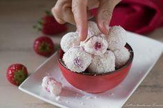 Le palline cocco e fragole pronte in soli 10 minuti senza cottura sono deliziosi dolcetti che si sciolgono in bocca...una tira l'altra ;)