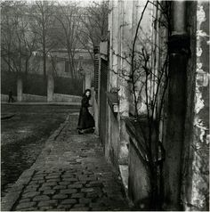 Paris, 1948, by Willy Ronis :: Rue de la Cloche, Menilmontant, Paris, 1948