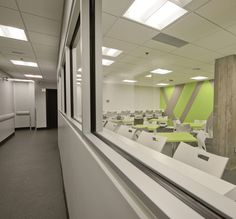 Projet École de l'hotellerie, classroom, white chair, green and grey accent wall, green tables,  institutionnel, salle de cours, chaises blanches, mur accent vert et gris, tables vertes