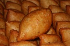 У нас дома, такие пирожки не успевают остыть — их сметают с тарелки! Ингредиенты: тесто: 900 гр.муки. 500 мл. кефира 2 ст.л. сахара 1 ч.л. соли 2 яйца 100 гр.маргарина/растопить/ 9 гр.сухих дрожжей начинка: картофельное пюре+жареный лук+соль, перец жареная капуста + лук, укроп + 2 ст.л. томатного сока, соль, перец. масло для жарки. Приготовление: Кефир …