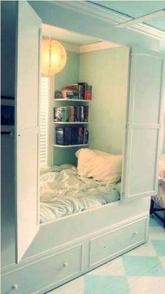 um quarto dentro do guarda-roupa <3
