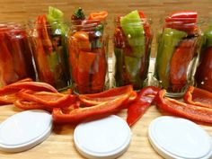 ardei kapia borcan Pickles, Pesto, Carrots, Frozen, Cooking Recipes, Stuffed Peppers, Vegetables, Food, Canning