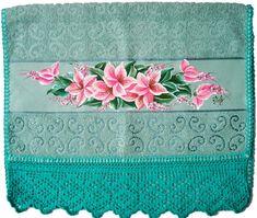 Toalha de rosto azul pintada à mão com tinta para tecido acrilex, com borboletas e crisântemos e bordas em crochê.    As toalhas podem ser encomendadas com as cores do tecido e linha de sua preferência, acrescentando a sua personalidade e sendo uma ótima opção de decorar seu banheiro ou de demonstrar seu carinho presenteando pessoas que você quer bem.    As toalhas que utilizamos são confeccionadas em tecido com 98% de algodão e 2% de viscose, trabalhamos com tecidos com maior porcentagem…