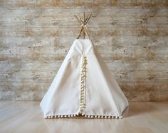 This cat bed entirely handcrafted by me makes the delight of pets and their owners. Indeed, it transforms your cat or your small dog into a veritable little four-legged Apache. In this tent, they can sleep comfortably thanks to a soft cushion perfectly adapted to the size of the tepee or play hide-and-seek. At the same time, it doesnt denature your interior decoration but, on the contrary, brings to it a trendy, refined and original style. Very handy and lightweight, you can furl it like an…