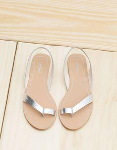 Sandálias rasas básica tiras. Descubra esta e muitas outras roupas na Bershka com novos artigos cada semana