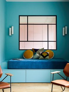 Verrière carrée et graphique sur mur turquoise