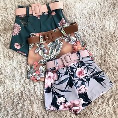 Shorts Manuela - shorts cintura alta, com cinto, em estampa floral rosa com fundo cinza. Shorts floral - shorts florido - shorts flores - shorts cintura alta - shorts cinto - estampa floral - estampa florida - estampa flores- floral rosa - floral rosa com cinza - flores - verão - moda verão - rosa - rosa com cinza - shorts rosa - shorts cinza - flores rosa Cute Summer Outfits, Cute Casual Outfits, Short Outfits, Chic Outfits, Pretty Outfits, Dress Outfits, Short Dresses, Girls Fashion Clothes, Teen Fashion Outfits