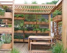 Garden structure design completely made of recycled pallets.  Other garden & pallet ideas... http://fixer.vigilante.net/