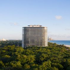 Zaha Hadid, BIG, Renzo Piano and Herzog & de Meuron have all completed residential high-rises in Miami and Miami Beach. Renzo Piano, Le Corbusier, Miami Beach, Seattle Asian Art Museum, Downtown Miami, Glass Facades, Zaha Hadid Architects, Steel Buildings, Cool Landscapes