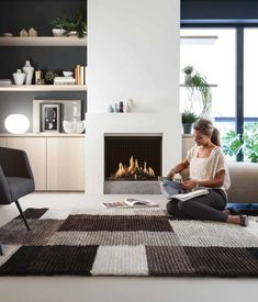 cheminée design élégant avec un tapis à formes géométriques