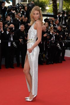 Karlie Kloss stuns in Atelier Versace at the Opening Ceremony for the Annual Cannes Film Festival. Atelier Versace, Versace 2015, Elegant Dresses, Beautiful Dresses, Cannes Film Festival 2015, Cannes 2015, Karlie Kloss Style, Victoria Models, Robes Glamour