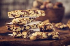 You want to have a protein bar that you actually enjoy eating, but is not filled with toxins and sugars. There are plenty of tasty options in this list of the best protein bars for weight loss and healthy living. Healthy Bedtime Snacks, Healthy Protein Snacks, Healthy Eating Habits, Quick Snacks, Healthy Living, Whey Protein, Diabetic Living, Healthy Breakfasts, Protein Breakfast
