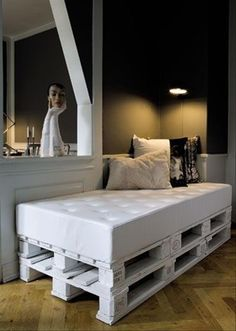 There are unlimited kind of pallets furniture ideas, many amazing looking furniture made out of wood pallets, most famous one is pallets coffee table for indoor or outdoor placements. Here are some cute looking of wood pallets furniture ideas and designs… Pallet Daybed, Diy Daybed, Pallet Furniture, Pallet Seating, Outdoor Furniture, Painted Furniture, Pallett Bed, Furniture Ideas, Diy Sofa