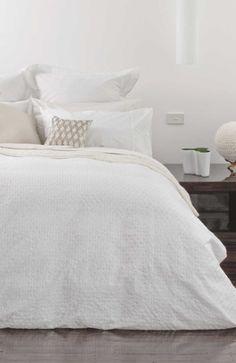 crisp white duvet and shams  http://rstyle.me/n/mrpgnpdpe
