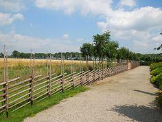 weide- of tuinomheining van natuurlijke materialen, gezien in de Tuinen van appeltern in Nederland