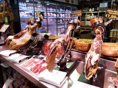 Spaanse ham kopen? Alles over Jámon Ibérico, Jámon Serrano en meer | Barcelona met Marta Barcelona, Spanish Food, Chicken Wings, Ham, Serrano Ham, Barcelona Spain, Spanish Dishes, Hams, Hispanic Kitchen
