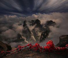 Esta deslumbrante fotografía de paisaje se ve demasiado mítica para ser real, pero lo es.