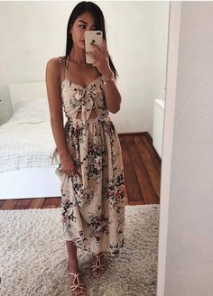 Charming Outfits To Beat The Summer Heat Cute Dresses, Beautiful Dresses, Summer Dresses, Looks Camisa Jeans, Mode Bcbg, Vetement Fashion, Cute Casual Outfits, Floral Maxi Dress, Spring Outfits