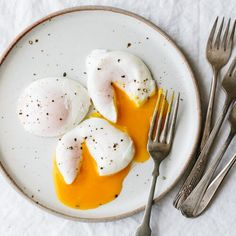 Poached Eggs are the perfect healthy breakfast recipe. Here's how to poach an egg perfectly every time. Healthy Breakfast Recipes, Brunch Recipes, Healthy Eating, Healthy Recipes, How To Make A Poached Egg, Perfect Poached Eggs, Egg Recipes, Cooking Recipes, Free Recipes