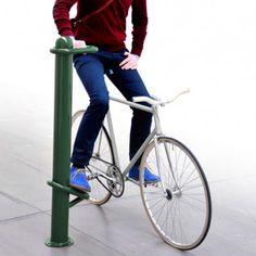 W miejskim krajobrazie coraz więcej jest rowerzystów. Szwedzki projektant Marcus Abrahamsson wymyślił słupek z podnóżkiem i uchwytem dla rowerzystów. W ten sposób mogą chwilę odpocząć i utrzymać równowagę stając na światłach. http://www.sztuka-krajobrazu.pl/492/slajdy/slupek-dla-rowerzysty