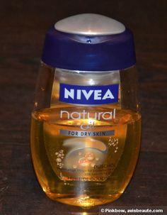 C'est la première huile de douche que j'utilise. En règle générale, j'utilise des gels douches ou crèmes. C'est bien une huile, qui au contact de l'eau, se transforme en un mousse très légère ( ce que j'aime bien personnellement ). Elle se rince facilement en évitant la...