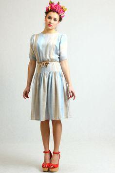 Efektowna pasiasta sukienka uszyta z materiału przypominającego len (materiał ma w sobie domieszkę włókien boucle - charakterystyczne supełki). Góra luźna, lekko kimonowa, w talii gumka oraz sznurek do przewiązania.