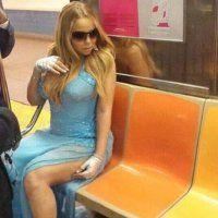 """V., 30 MAY 2014   (Noticias) NUEVA YORK > ENTRETENIMIENTO - """"Mariah Carey se luce con traje de fiesta en el metro de Nueva York""""."""