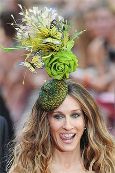Sarah Jessica Parker in Philip Treacy Chapeau Sarah Jessica Parker, Sombreros Fascinator, Fascinators, Headpieces, Green Fascinator, Philip Treacy Hats, Spring Hats, Crazy Hats, Kentucky Derby Hats