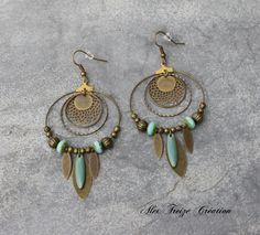 Bijou Créateur - Boucles d'oreilles créoles bronze antique Breloques estampes et plumes lisses facettes et sequins émaillés turquoise