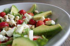 Salade van avocado en aardbei met rucola, mozzarella en hazelnoot