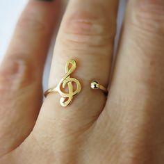 Este pequeño anillo con clave de sol ($25).