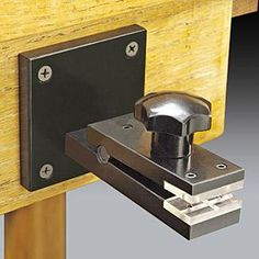 Vertical Bench Vise ----- Special Vise Attaches to Vertical Surfaces We like to… Cool Tools, Diy Tools, Hand Tools, Knife Making Tools, Jewelry Making Tools, Gravure Metal, Portable Workbench, Clamp Tool, Garden Tool Storage