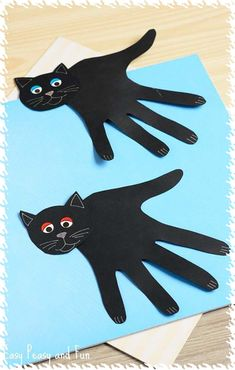 Handprint Black Cat Craft – Easy Peasy and Fun Hand print kitty cat kids craft ideas // easy art activities Quick Halloween Crafts, Halloween Art, Quick Crafts, Daycare Crafts, Toddler Crafts, Handprint Art, Animal Crafts, Preschool Crafts, Kids Crafts