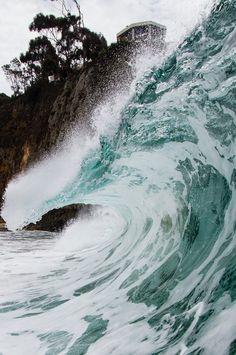 De beweging zit in: De zee, Het laat zien hoe krachtig de zee kan zijn naast een grote rots