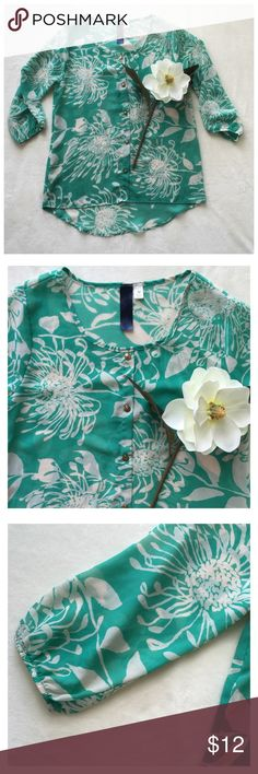 Medium blouse•sheer•medium•pre-owned This is a pretty, sheer, blue/green and white floral blouse•button front• medium•pre-owned•in great condition•requires cami underneath• chest: 34 length from armpit: 15  Blue Rain Tops Blouses
