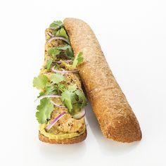 Le dragueur : pain aux céréales, guacamole, aiguillettes de poulet panées aux graines, oignon rouge, coriandre