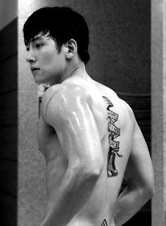 Ji Chang Wook >' '< and his tattoo Yoona Ji Chang Wook, Ji Chang Wook Abs, Ji Chang Wook Smile, Ji Chang Wook Healer, Ji Chan Wook, Lee Dong Wook Abs, Sexy Asian Men, Sexy Men, Tattoo Korean