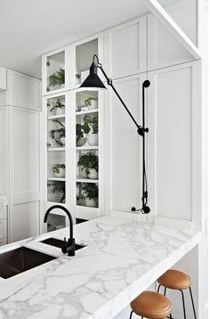 Czarno-biała kuchnia z przepięknym marmurowym blatem