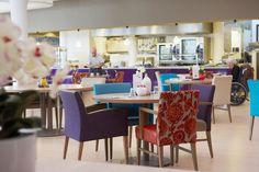 Een prachtig terras, een groots entree en een drukbezocht Grand Café, het ZZG Herstelhotel heeft alles van een hotel. En dat is het ook. Een hotel waar cliënten in een luxe omgeving alle gelegenheid en zorg krijgen om te revalideren en herstellen.