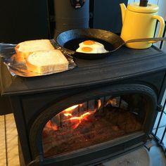 朝ごはん作ります。 #冬休み #朝ごはん #目玉焼き #食パン #男料理 #薪ストーブ #薪 #ヨツール #JØTUL
