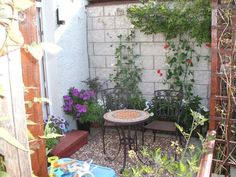 I Love How The Creepers Add Depth. Little Garden Spaces Backyard Garden Design, Small Garden Design, Small Space Gardening, Garden Spaces, Backyard Patio, Backyard Landscaping, Backyard Furniture, Tiny Garden Ideas Patio, Furniture Ideas