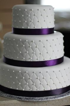 Purple and white wedding cake #purpleweddingcakes