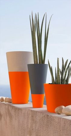 If you use Rust-Oleum spray paint to upcycle your flower pots or plant containers, you can use it on almost any material. Just make sure the pots are clean and dry and give them a light sanding before you apply the spray paint. Cement Art, Concrete Art, Concrete Planters, Balcony Planters, Balcony Ideas, Balcony Garden, Painted Plant Pots, Painted Flower Pots, Decorated Flower Pots