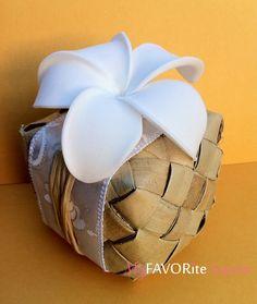 Hawaiian Luau Wedding Ideas for favor boxes (idéias para um casamento luau havaiano) caixinhas de bem casado de palha com Plumeria or Jasmim-manga Minha flor