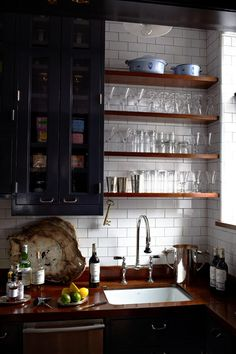 Darkly - desire to inspire - desiretoinspire.net cuisine noire et blanche avec plan de travail marbre noir.